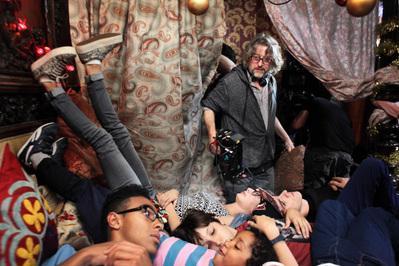 C'est quoi cette famille ?! - © Jean-Claude Lother - BONNE PIOCHE CINEMAREZO PRODUCTIONS - TF1 DROITS AUDIOVISUELS - UGC IMAGES - M6 FILMS
