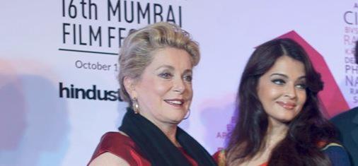 Catherine Deneuve conmovida por el homenaje recibido en el festival de Mumbai - © Raphaël Neal