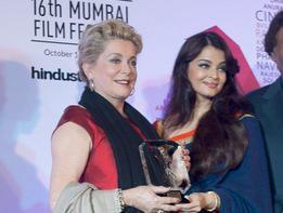 Catherine Deneuve conmovida por el homenaje recibido en el festival de Mumbai