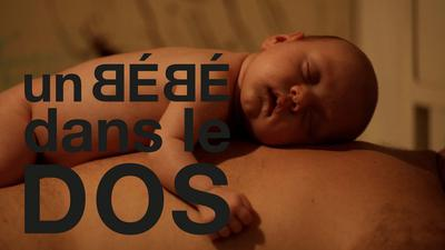 Un bébé dans le dos