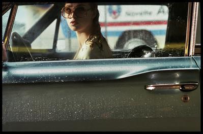 La Dame dans l'auto avec des lunettes et un fusil - © Kris Dewitte / © Waiting For Cinéma