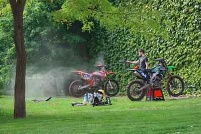Le Foot c'est pour les garçons et la moto pour les hommes!