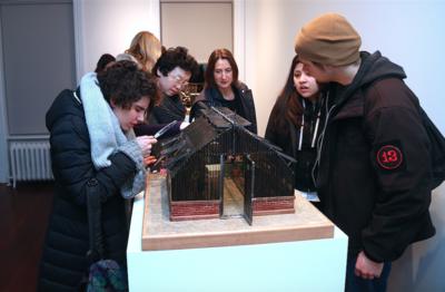 Portfolio - Une installation d'objets fabriqués avec de la pellicule 8mm, exposition Agnès Varda