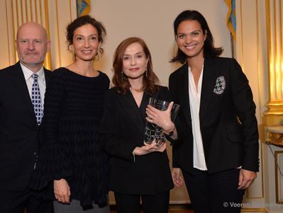 UniFrance décerne Le French Cinema Award à Isabelle Huppert en présence de la ministre de la Culture
