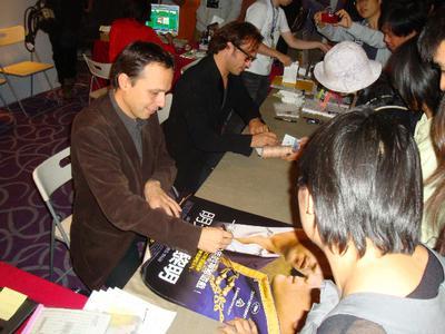 Les festivals d'extrême-orient accueillent le cinéma français - Denis Dercourt/Vincent Perez en dédicace - © Unifrance.org