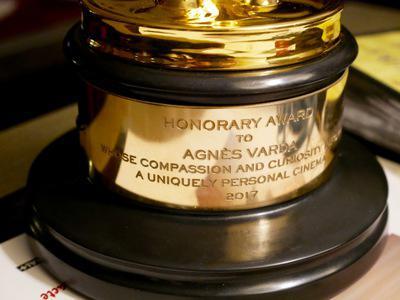 Agnès Varda, la primera mujer que recibe un Premio de los Gobernadores en Hollywood.