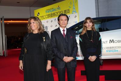 20 de junio – Inauguración del 27° Festival de Cine Francés de Japón - Lisa Azuelos et Thaïs Alessandrin entourent Hitoshi Kawaguchi, vice-président de Nissan - © Laurent Campus