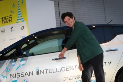 20 de junio – Inauguración del 27° Festival de Cine Francés de Japón - Vincent Lacoste et la Nissan Leaf, voiture officielle du Festival - © Laurent Campus