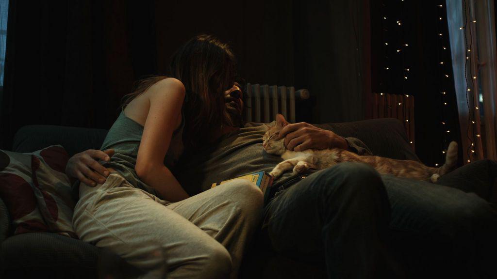 Un homme, une femme et un chat