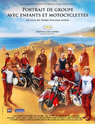 Retrato de grupo con niños y motos