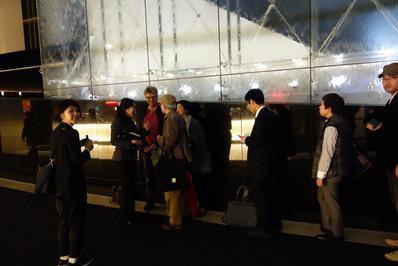 Les spectateurs japonais et le cinéma français au Festival de Tokyo - Dans le lobby du cinéma, les spectateurs vont à la rencontre de Michel Leclerc