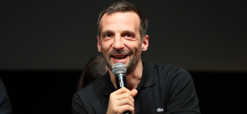 """Keeping In Touch"": Mathieu Kassovitz talks with Kuriko Sato (Japon) - © UniFrance"