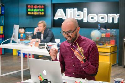 Alibi.com (agencia de engaños)