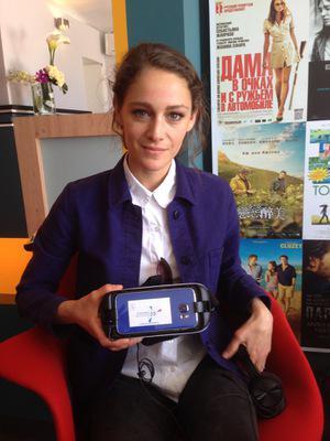 UniFrance et la réalité virtuelle au Festival de Cannes - Ariane Labed se prête au jeu du visinnage en réalité virtuelle