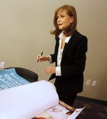 New York Rendez-Vous With French Cinema Today - Isabelle Huppert dédicace l'afifche de Valley of Love